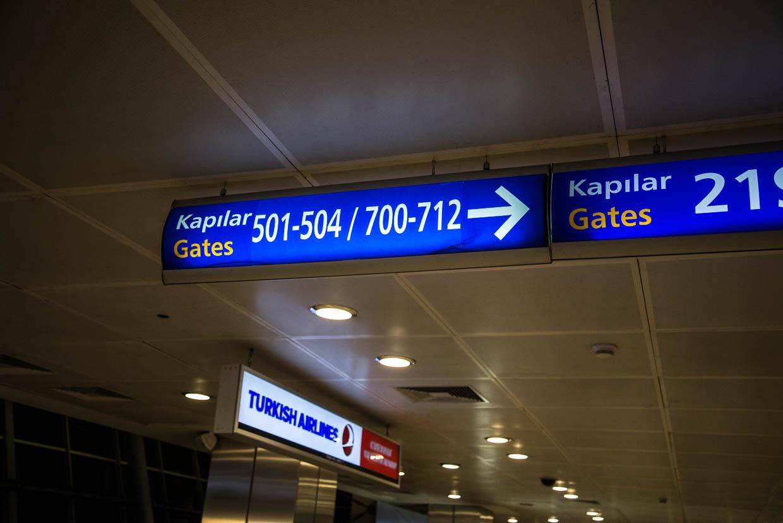 Hinweissschild auf dem Istanbul Atatürk Airport auf Gate 700-712